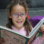 Garota feliz ao ler