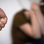 pucho de agressor cerrado frente á mulher no chão