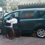 Pessoa com deficiencia entrando no carro