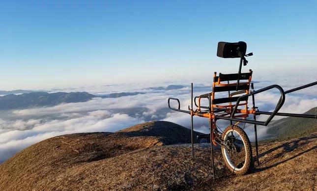 cadeira adaptada no alto de um monte