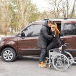 Pessoa com deficincia entrando no carro