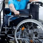 homem no carro com cadeira