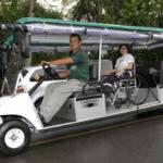 cadeirante passeando com carirnho do zoo safari