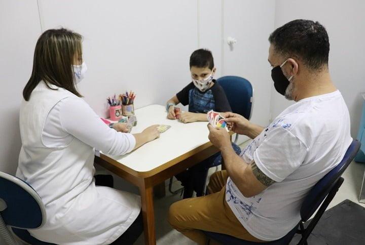 profissional da saúde e paciente interagindo na mesa