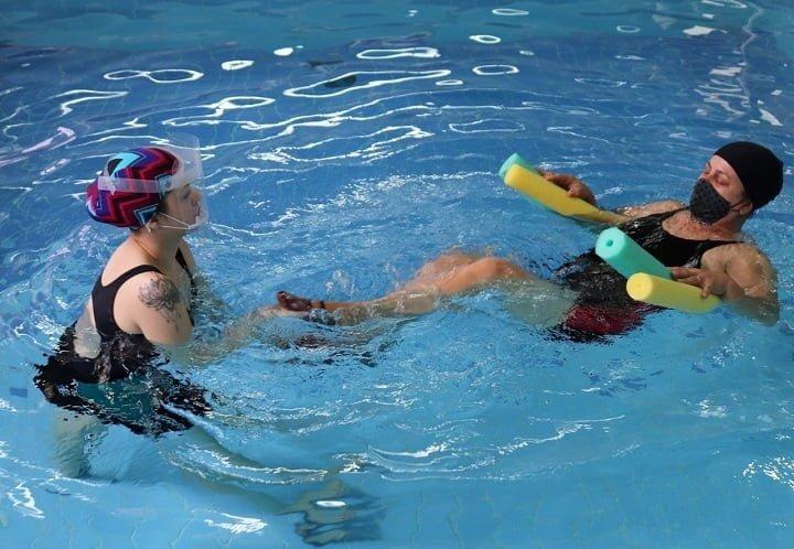 mulheres na piscina
