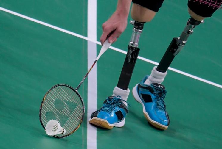 atleta usando tecnologia assistiva em jogo