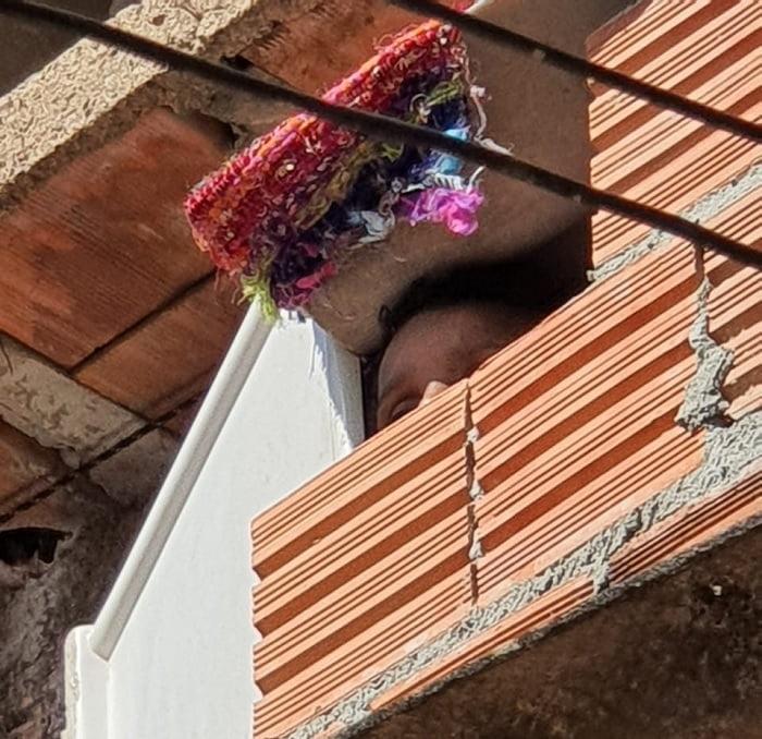 criança acorrentada em um barril, nos fundos da casa