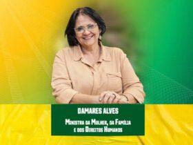 Ministra Damares Alves frente a uma ilustração verde e amarela