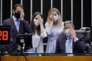deputados simulam efeito da visão monocular