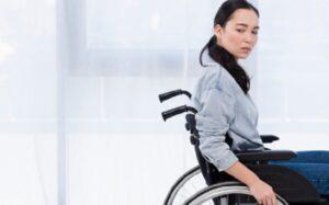 mulher em cadeira de rodas