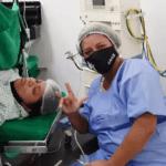 """Jocilane, a intérprete de Libras, faz o sinal """"Eu te amo"""", marca da comunidade surda. Ela foi fundamental na comunicação de Kelly com a equipe médica do Hospital e Maternidade Vital Brazil"""