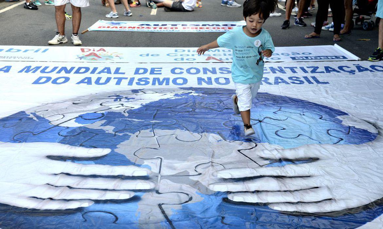 Garoto anda em cima de faixa aberta no choão - no Rio de Janeiro