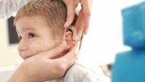 criança com deficiência auditiva