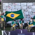 Atletas com bandeira do Brasil