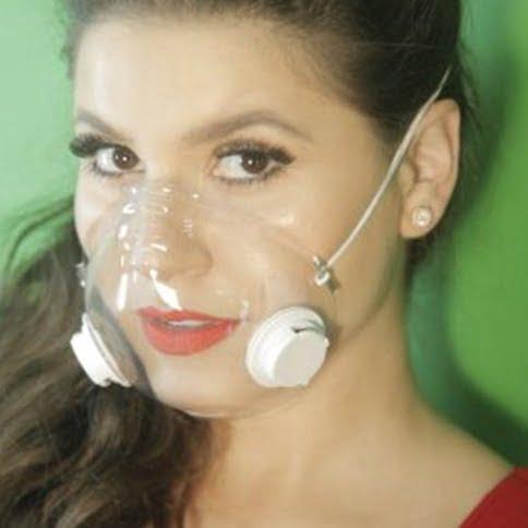 mulher veste máscara transparente