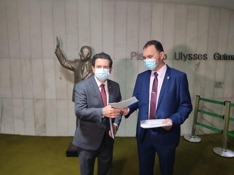 Deputado Otavio leite a esquerda entrega ao deputado Moses Rodrigues do aldo direito da imagem, o abaixo assinado referido no texto, antes da definição da isenção do Teto do IPI