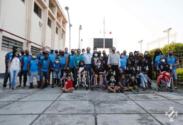 Jorge Salgado ao lado dos atletas paralímpicos do Vasco