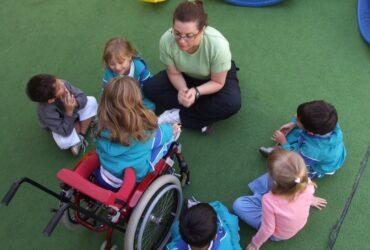 crianças em roda com professora