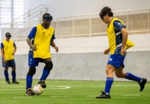 Os jogadores Jefinho (esq.) e Damião Robson disputam jogada durante treino do futebol de 5 no Centro de Treinamento Paralímpico, em São Paulo