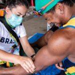 O atleta Giovane de Paula recebe atendimento de fisioterapia durante treino de canoagem em Hamamatsu