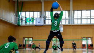 Carol Duarte realiza arremesso ao lado de Moniza durante treino da Seleção feminina em Hamamatsu