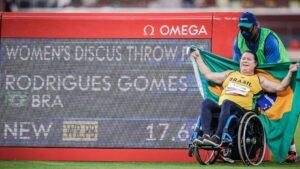 Beth Gomes comemora a impressionante marca de 17,62m, novo recorde mundial da prova