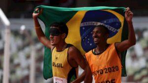 Yeltsin Jacques e Carlos Antônio comemoram a 100ª medalha dourada da história do Braasil em Jogos Paralímpicos.