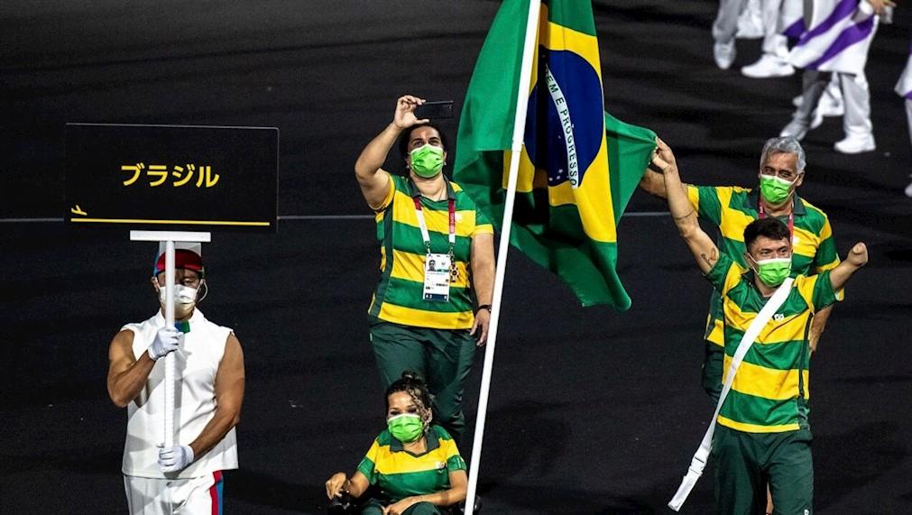 Evelyn Oliveira e Petrúcio Ferreira tiveram a honra de representar o Brasil no desfile