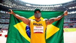 Claudiney Batista comemora a medalha de ouro nos Jogos Paralímpicos de Tóquio