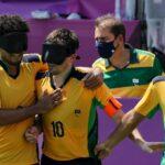 Capitão da Seleção Brasileira de futebol de 5, Ricardinho (número 10) é cumprimentado por seus companheiro
