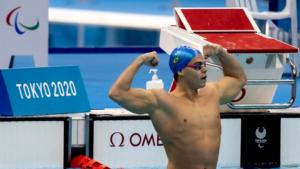 Gabriel Bandeira comemora a primeira medalha de ouro do Brasil em Tóquio