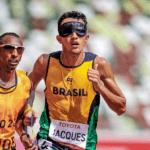 A atleta Thalita Simplício exibe a medalha de prata ao lado do seu guia, Felipe Veloso