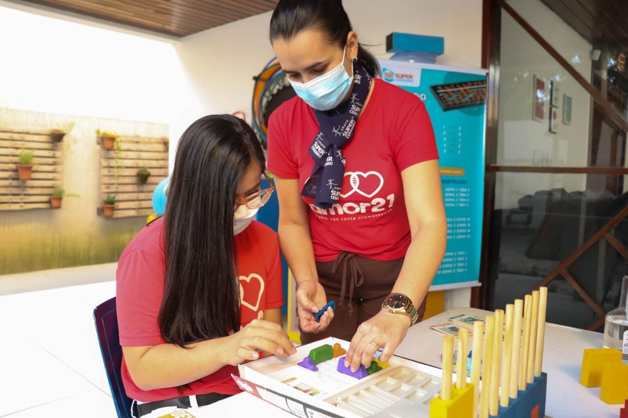 A jovem Ana Clara durante a aula com a professora Tatiana de França Moura Alves, do Super Cérebro.