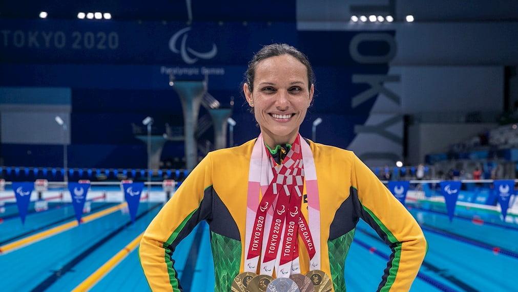 Carol Santiago exibe suas medalhas conquistadas no Centro Aquático de Tóquio