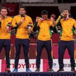 Jogadores do Brasil exibem orgulhosos a medalha de ouro no goalball