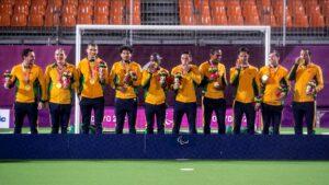 Jogadores brasileiros do futebol de 5 exibem orgulhosos a medalha de ouro conquistada em Tóquio