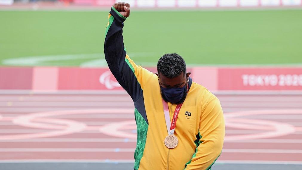 Thiago Paulino recebe medalha de bronze no pódio