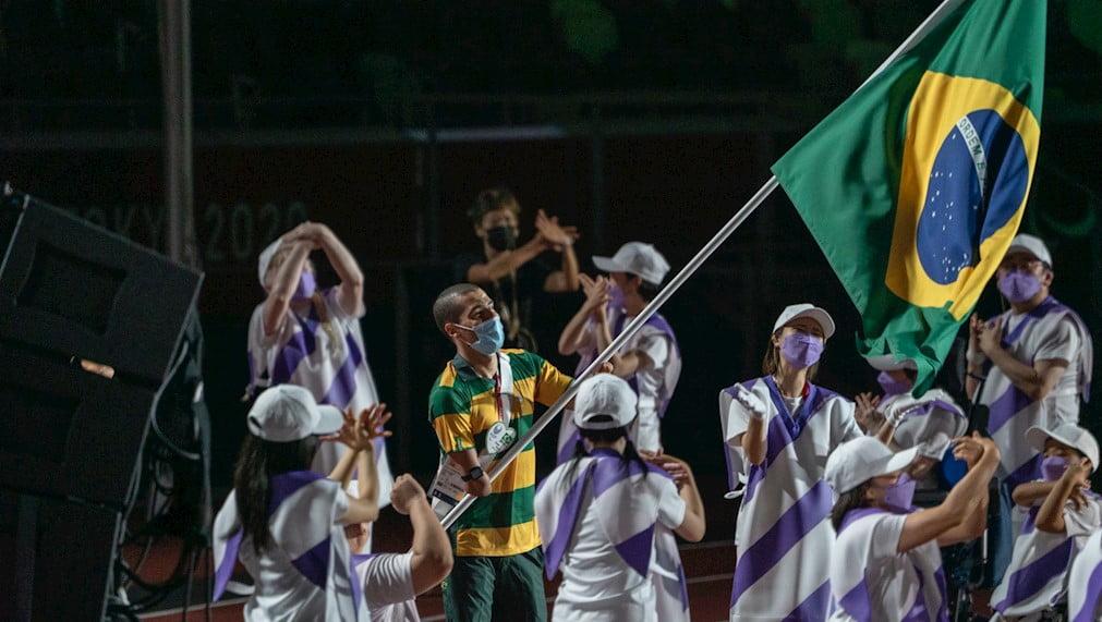 Daniel Dias foi o porta-bandeira do Brasil na cerimônia de encerramento dos Jogos Paralímpicos de Tóquio