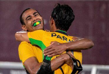 Nonato é abraçado por Paraná após fazer o gol do título