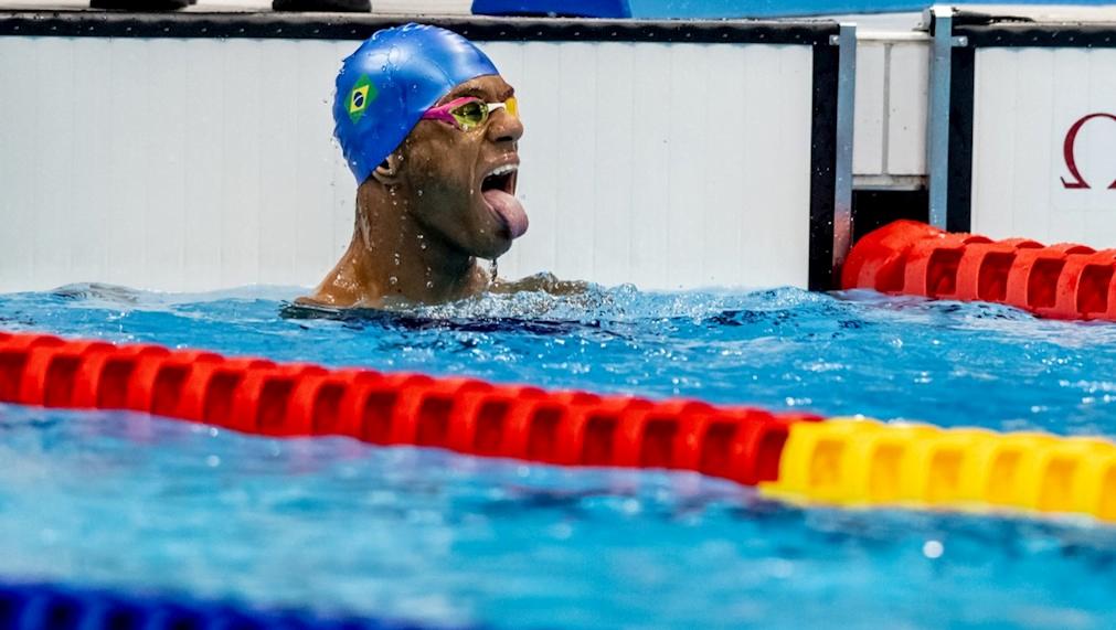 Ainda na piscina, Gabriel Geraldo comemora mais uma vitória em Tóquio