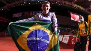 Nathan Torquato comemora a conquista da medalha de ouro em Tóquio