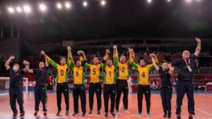 Jogadores do Brasil comemoram a inédita medalha de ouro no goalball