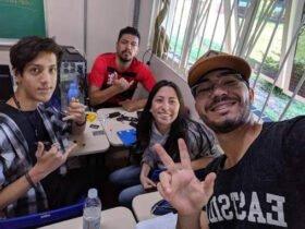 Beatriz com o intérprete Silvério e os colegas Bruno e Leandro (de boné) em reunião sobre o TCC