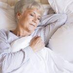 Mulher Idosa na cama