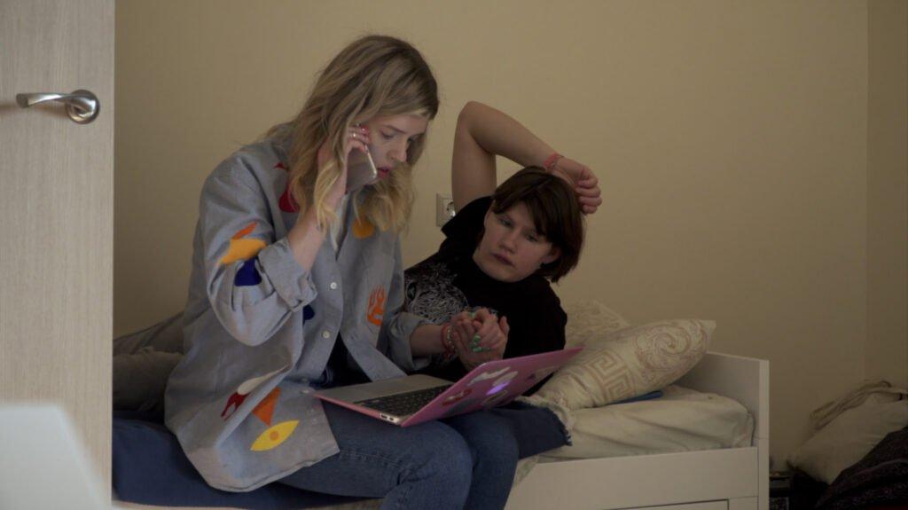 Cena dos filmes 'Minha amiga do sanatório', de Zlata Onufrieva (à esquerda), e de 'E elas eram colegas de quarto', de Kylie Walter
